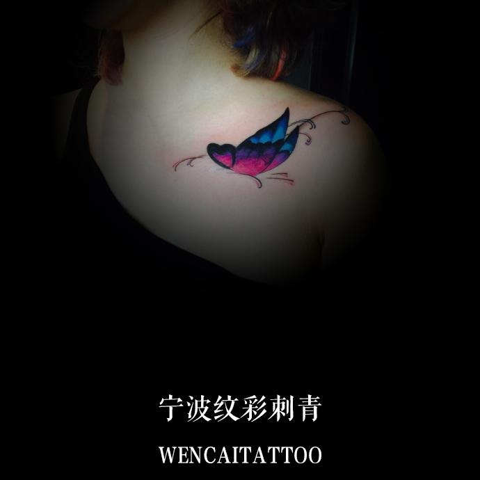 宁波付小姐锁骨彩色蝴蝶纹身图案